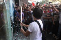 2012年の反日運動では日本企業が襲撃された(時事)