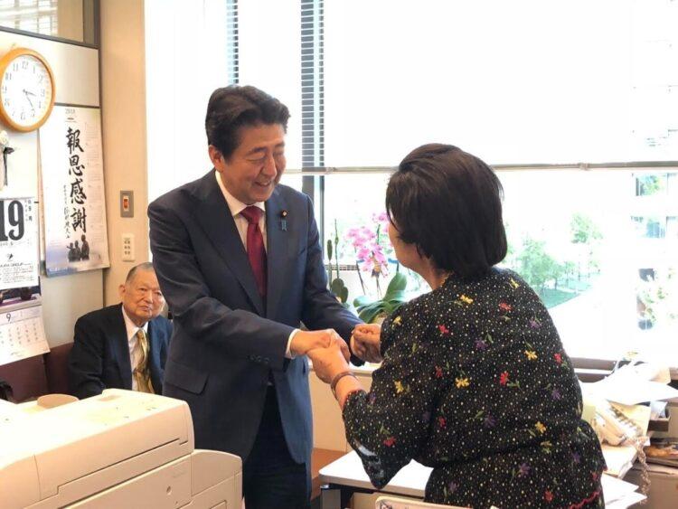 安倍前首相は総裁選出馬あいさつで中内氏を訪問(相澤氏提供)