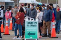 米南部フロリダ州マイアミでコロナワクチン接種のために並ぶ人々(EPA=時事通信フォト)