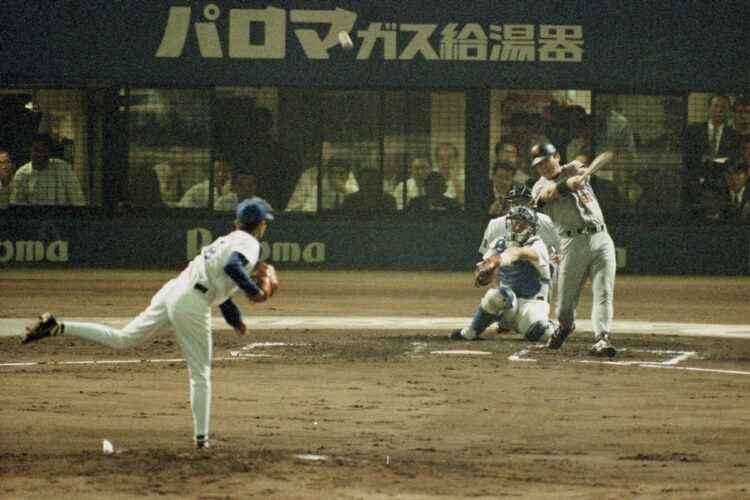 落合博満は移籍初年度「10.8決戦」で本塁打を放った(投手は中日・今中慎二。時事通信フォト)