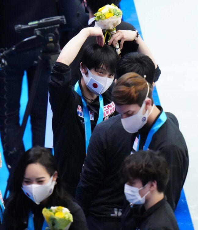 総合3位となった日本チーム。表彰式を終えた直後、観客席からの拍手にお茶目なポーズ(写真/アフロ)