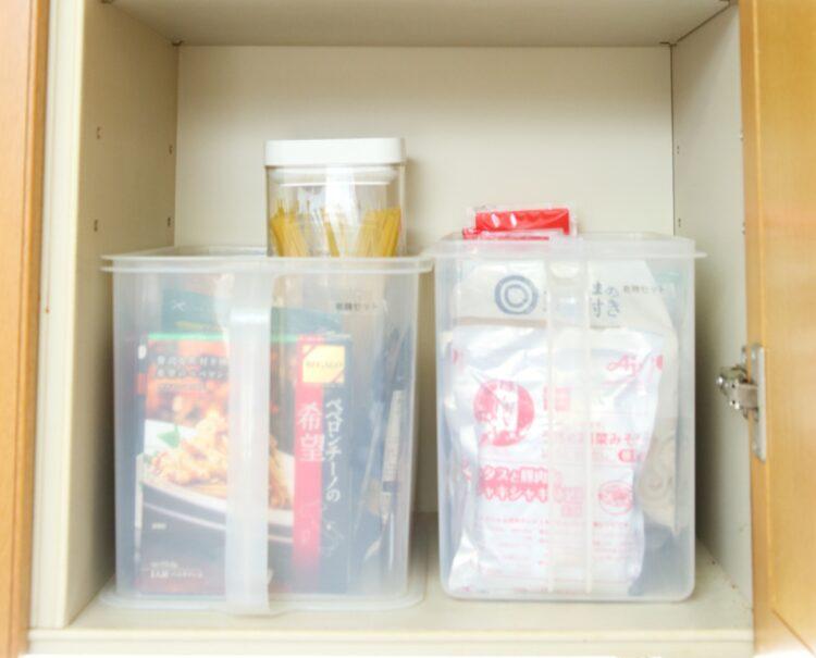 大きさがバラバラの袋食品は持ち手付きの透明ケースに