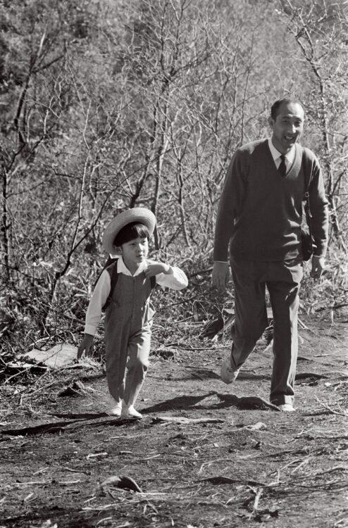 大きなリュックを背に堂々と歩かれ、5才にして健脚の兆しが(右は当時の浜尾実東宮侍従)