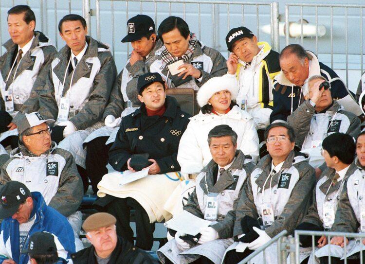 1998年2月の長野五輪で、白馬ジャンプ競技場で行われたスキージャンプ個人ノーマルヒルを観戦される両陛下(時事通信フォト)