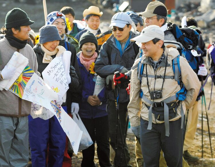 登山時には、たくさんの登山客とも気さくにお話しされる(2008年8月)