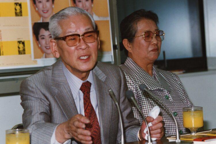 1993年、娘・松坂慶子への「遺言」の出版会見。父・英明さんと母・つね子さん