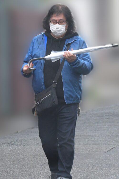傘をたたむ高内氏