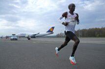 キプチョゲは「コースに合わせて靴を選んだ」というが、ジェット機をバックに走る激レアなコースに