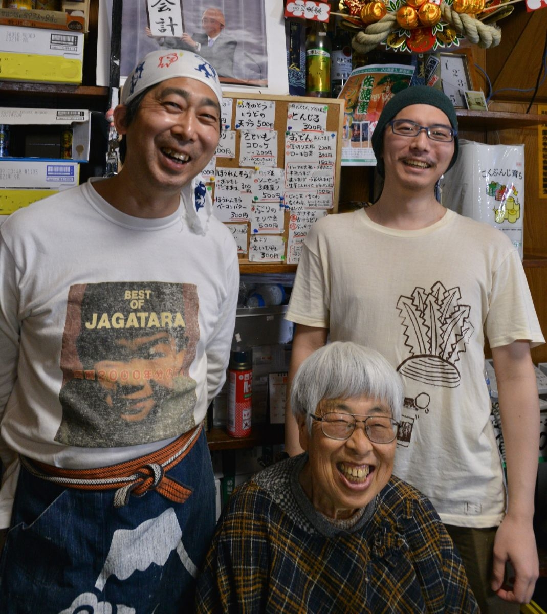 左から2代目店主の織田島高俊さん、母スミイさん、息子の和音さん