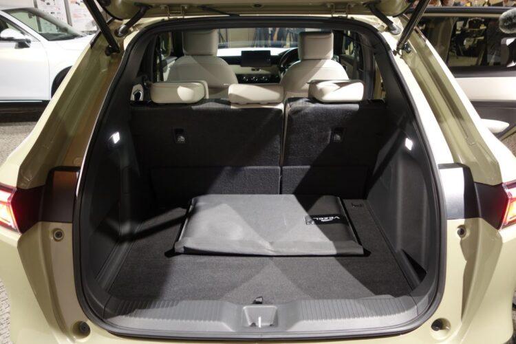 荷室は非常に広く、ステーションワゴンとして十分に使える(新型ヴェゼル)