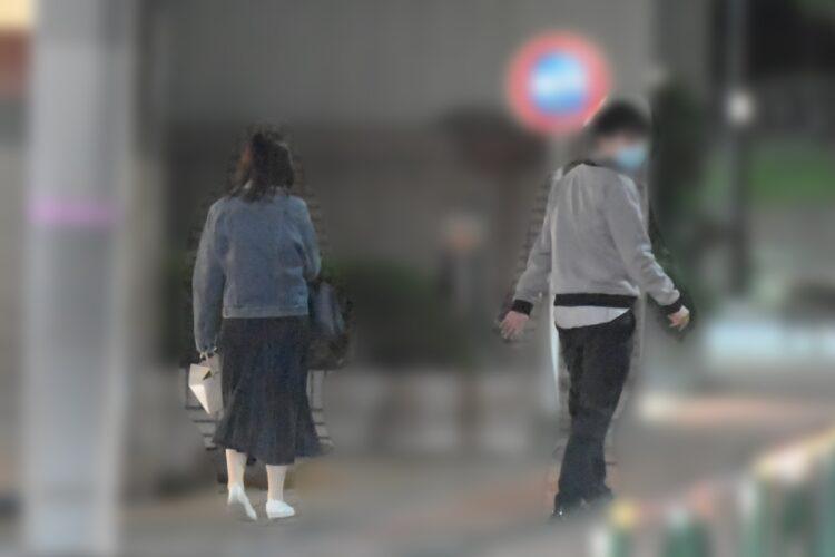 その後、2人はタクシーに乗り込んだが、岩田アナは近くの駅で降り、そのまま帰っていった