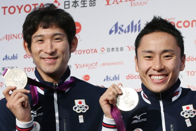 太田雄貴(右)とともに団体銀メダルを獲得した三宅選手(時事通信フォト)