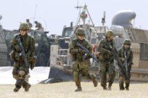 """""""もしも""""のときはどう対抗する?(写真は米軍との実動訓練を行なう陸自の水陸機動団/共同通信社)"""