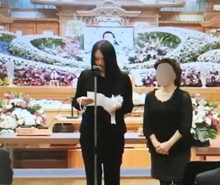 葬儀に出席した早貴容疑者
