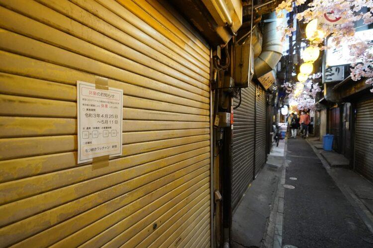 3度目の緊急事態宣言が発令され、休業した店舗が並ぶ東京・新宿の飲食街。新型コロナウイルスの感染拡大で、政府は5月11日までの17日間、大型商業施設、酒類やカラオケを提供する飲食店に休業を要請(時事通信フォト)