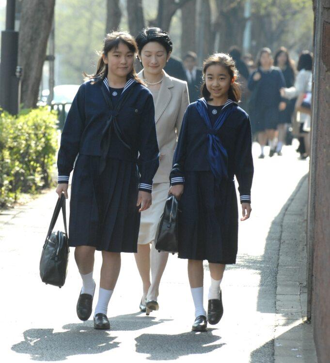 2007年、秋篠宮妃紀子さまに付き添われ、学習院女子高等科・中等科の入学式に出席される眞子さまと佳子さま(時事通信フォト)