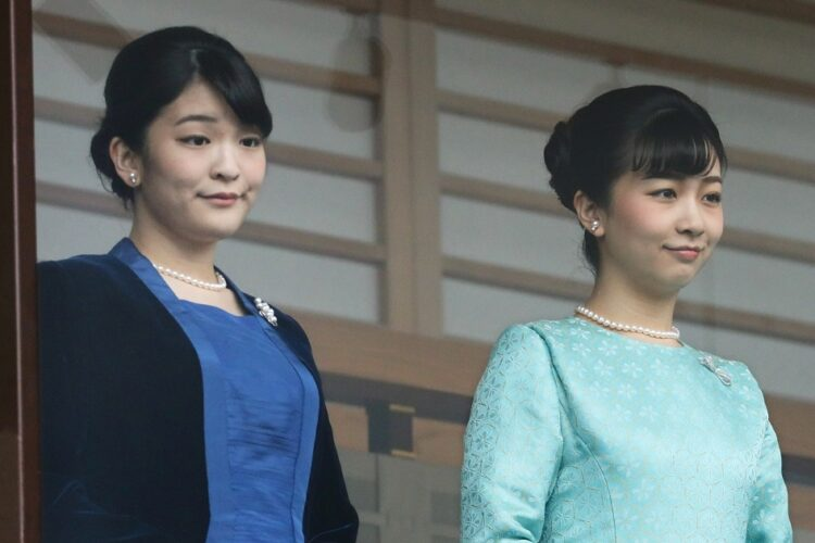 2020年の新年一般参賀に臨まれる秋篠宮家の長女眞子さまと次女佳子さま(時事通信フォト)