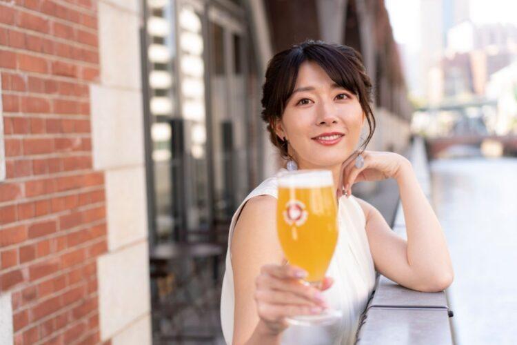 クラフトビールを楽しむ大島由香里。週刊ポスト5月10日発売号にも登場予定だ