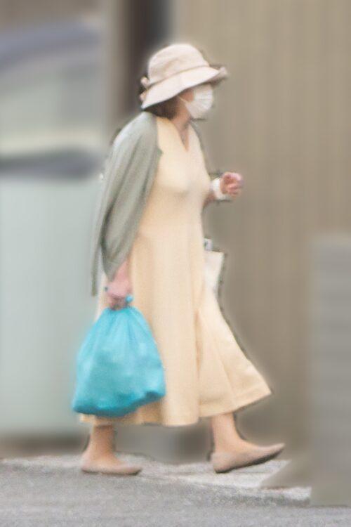 帰宅する佳代さん(写真は5月)