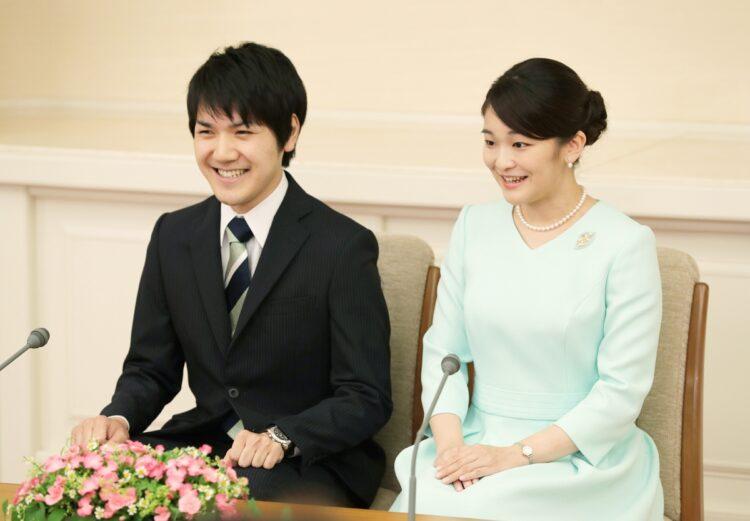 眞子内親王と小室圭氏(時事通信フォト)