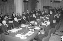 貿易自由化をめぐって2人は対立した(写真は1961年の日米貿易経済合同委員会/共同通信社)