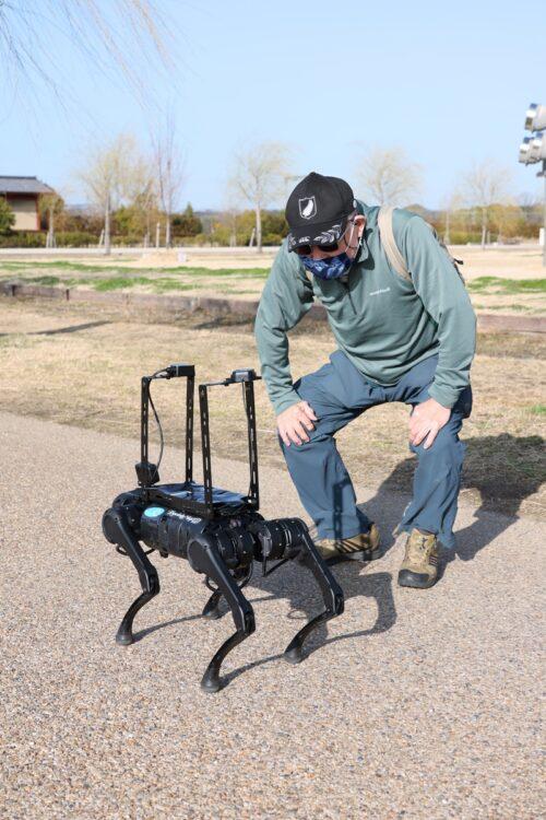 建物・設備を点検し、体調不良の来園者の検知も行なう『四足歩行ロボット』(NTTコムウェア)