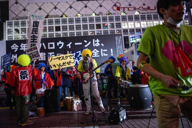 渋谷駅前で「ノーマスク」を訴える人たち。2020年10月(AFP=時事)