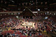 4日目から観客を入れて開催された大相撲夏場所(時事通信フォト)