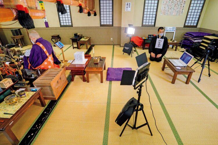 本寿院でのリモート法要の様子。4K対応のカメラ機材を使用し、読経がよく聞こえるように住職はピンマイクを装着している