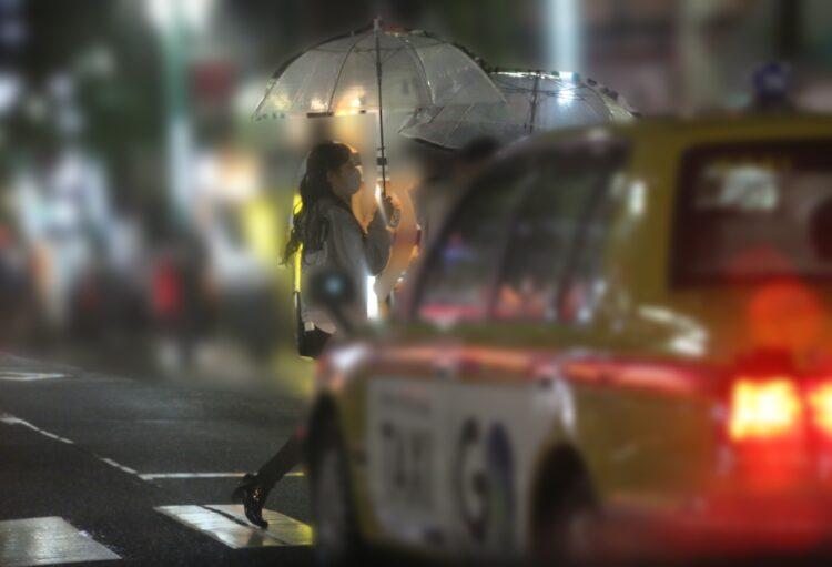 雨の中歩くふたり