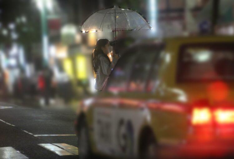 傘をさす鷲見玲奈アナ