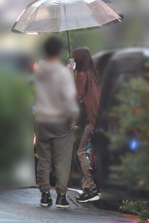鷲見玲奈アナが車から出るときには彼が傘を