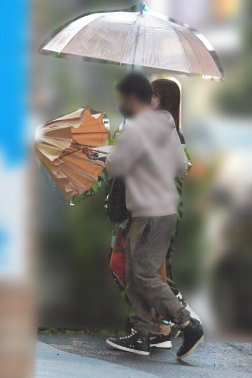 傘をさそうとする鷲見玲奈アナ