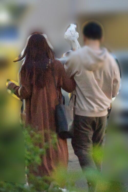 腕を組む鷲見玲奈アナと彼