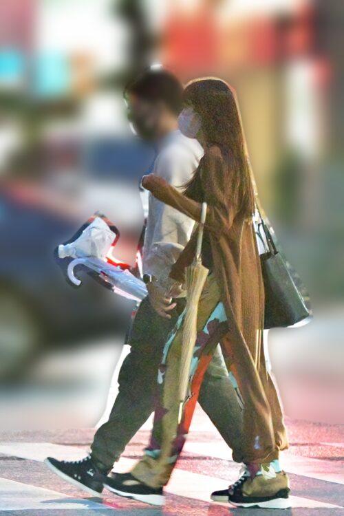 彼と手をつなぎ歩く鷲見玲奈アナ