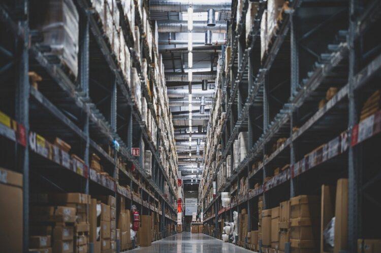 倉庫でひとり黙々と働く(イメージ)
