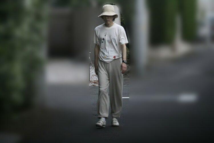 Tシャツ姿で街を歩く田村正和さん