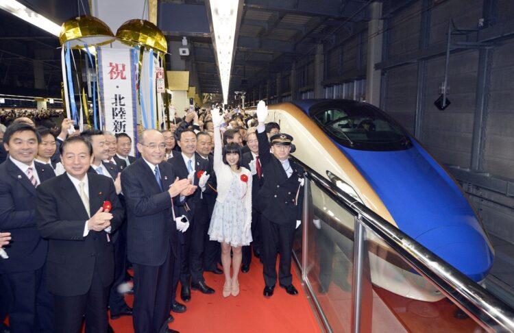 2015年北陸新幹線延伸開業では北陸ブームがやってきた。JR金沢駅を出発する東京行き一番列車の合図する女優の土屋太鳳さん(右から2人目)(時事通信フォト)