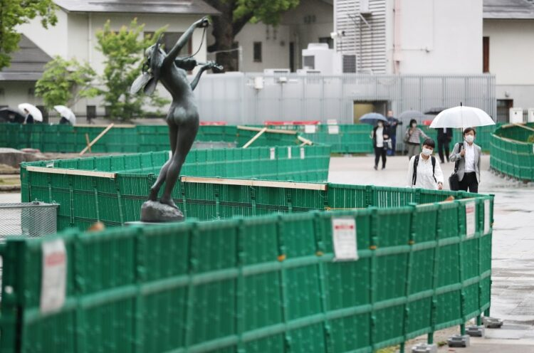 園内での飲酒を防ぐため、一部立ち入り禁止のフェンスが設置された福岡市中央区の警固公園(時事通信フォト)