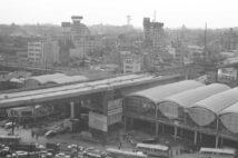 1964年完成の東急東横線渋谷駅駅舎と建設中の首都高3号線は10月1日に約1kmのみ開通