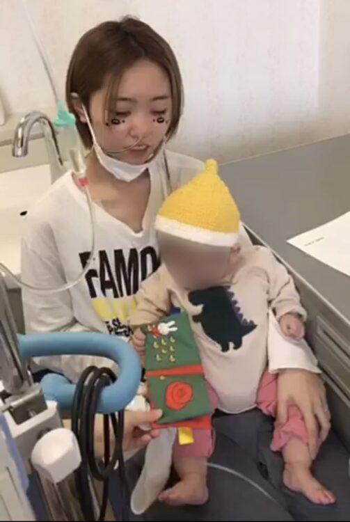 手術前、最後に娘と抱き合う和さん(写真/本人提供)