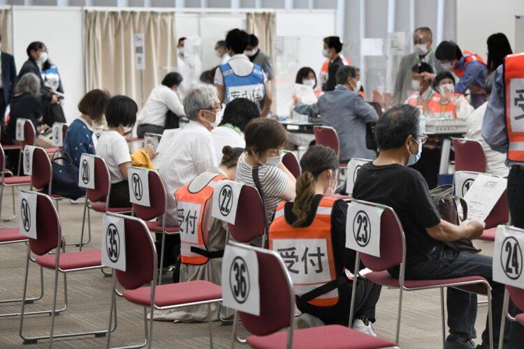 国産ワクチンの開発状況は?(写真は大阪の大規模接種センター/時事通信フォト)