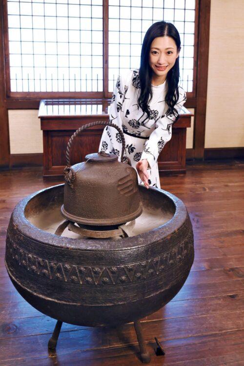 『手押文湯釜』江戸時代・18世紀 両手で湯釜を持ち上げた様子を連想させるように対の手形が刻まれている