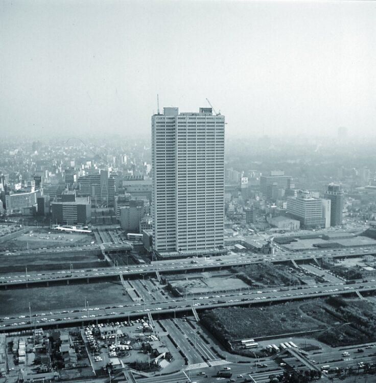 1970年頃撮影。地上47階、高さ約170メートルの京王プラザホテルが開業した当初、周囲はほぼ未開発で圧巻の存在感を誇った。開業初日は1万700人の入場者が新宿駅まで行列を作ったという(写真提供/京王プラザホテル)