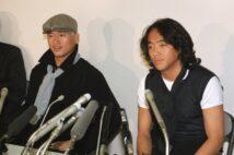 W杯フランス大会出場の夢実らず、帰国後記者会見した三浦知良(左)と北沢豪(時事通信フォト)