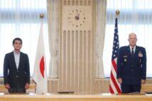 日米は「UFO調査」で連携(昨年8月のレイモンド米宇宙軍作戦部長と河野太郎・防衛相会談=時事)