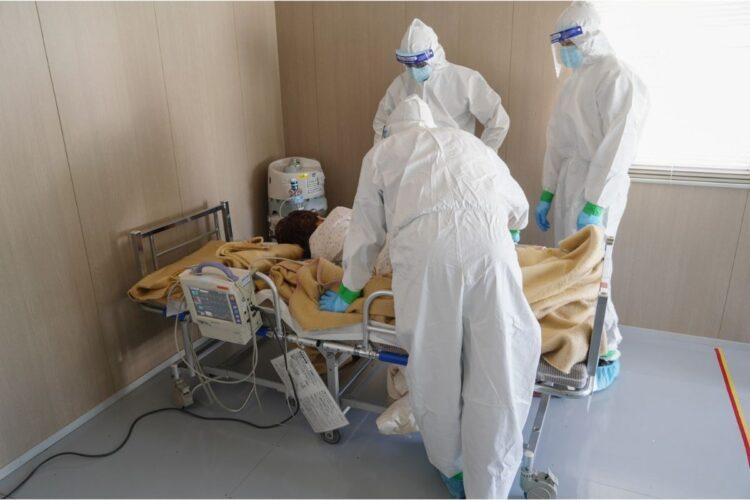 コロナ感染者が、入院先が決まるまでの間、一時的に待機する「入院患者待機ステーション」(時事通信フォト)