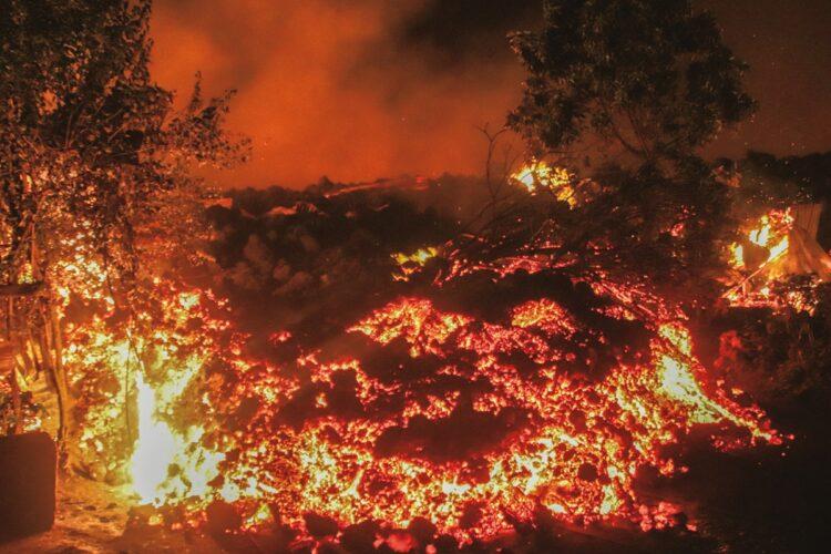 ニーラゴンゴ火山から噴出した溶岩(写真=AP/AFLO)