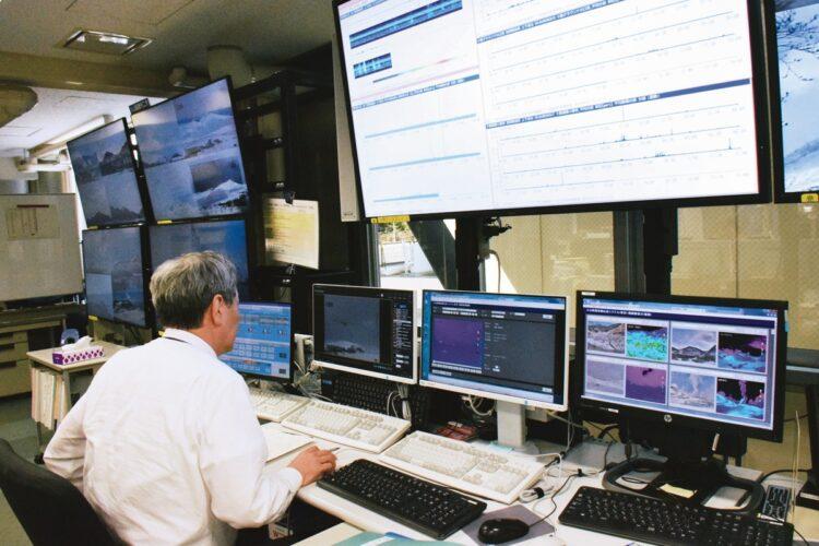 火山灰はPCやスマホにも影響(写真はイメージ。時事通信フォト)