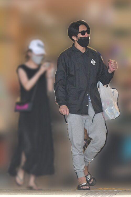 袴田吉彦は黒のサングラスをかけている